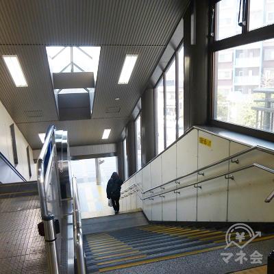 左手に階段がありますので、降りましょう。