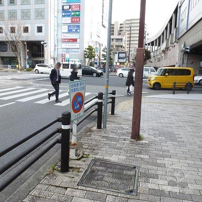 歩いてすぐ交差点があるので左折します。