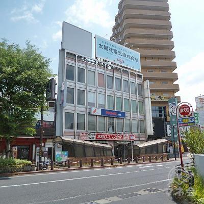 駅前にある4階建てグレー色のビルの1階にプロミスが入っています。