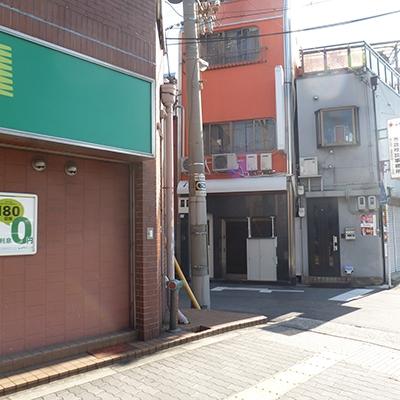 もう1ヶ所入口があります。マンション右横の脇道へ。
