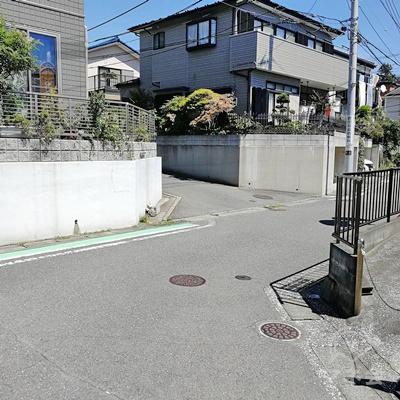 右に曲がりすぐに左に曲がります。住宅街に入ります。線路沿いです。