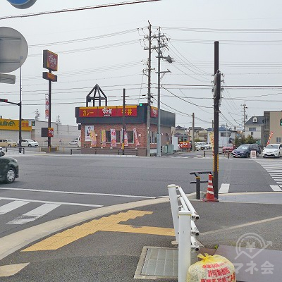 すき家のある交差点を右折してください。