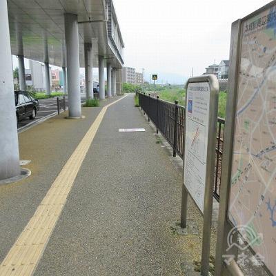 黄色の点字タイルに添って進みます。右側には本庄駅周辺案内がありjます。