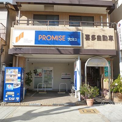 プロミスは「みなと通」の歩道に面したマンションの1階です。