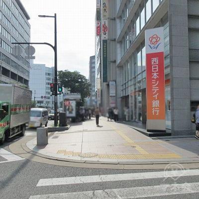 横断歩道を渡り、西日本シティ銀行を通過します。