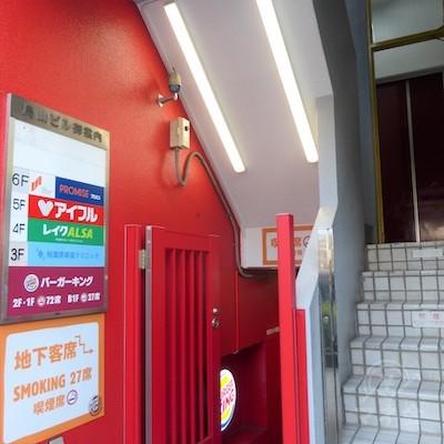 上がる階段の奥にエレベーターがあります。6階です。