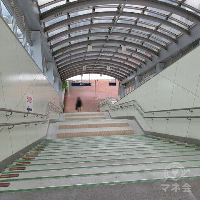 階段で下ります。