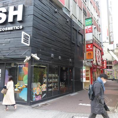LUSHの入っているビルの角を左に曲がるとレイク看板と入口が見えます。