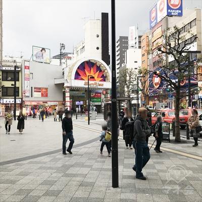 駅前広場正面のサンライズ商店街入口に向かいます。