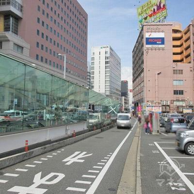 右側の歩道に横断し、他社金融看板がある方向へ進みます。
