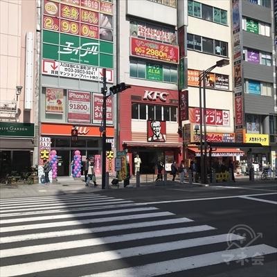正面にauの見える横断歩道で通りを渡ります。