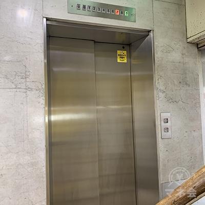 階段またはエレベーターで2Fへ。