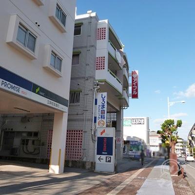 小禄金城郵便局を過ぎるとプロミスがあり、その次の建物の1階がアイフルです。
