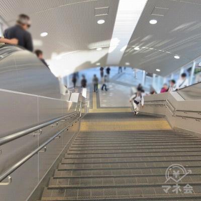 正面の階段又はエスカレーターで下へ行きます。