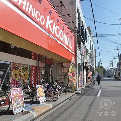 キコーナを過ぎると、右横のビルにアコム店舗があります。