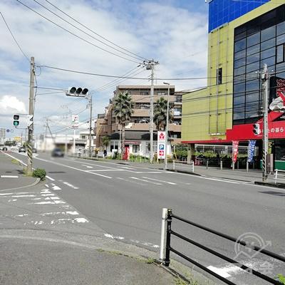 信号をコの字型に渡り、反対側の歩道へ行きましょう。
