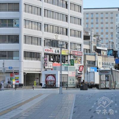 レイクALSAは先の建物の側面1階にあります。