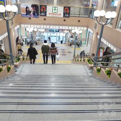 階段かエスカレーターを1階まで下っていきます。