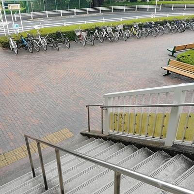 階段を下りて、右側の自転車置き場前を歩きましょう。