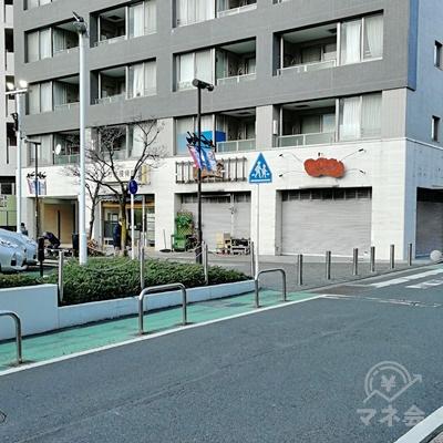 左に道が見えたら、左に曲がります。グレーと白のマンションの前の道です。