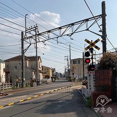 西武拝島線の踏切を渡り、さらに400メートルほど(5分くらい)そのまま直進します。