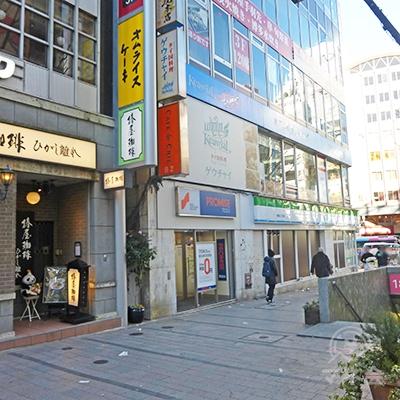 靖国通りの角にあるビルにプロミスが見えます。