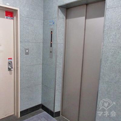 エレベーターで4階に上がります。