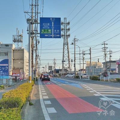 片側2車線の幹線道路との交差点を、渡ってから右折します。