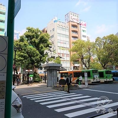 太田道灌像に続く横断歩道を渡ります。