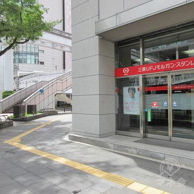 三菱UFJモルガンスタンレー証券の角を右に曲がります。
