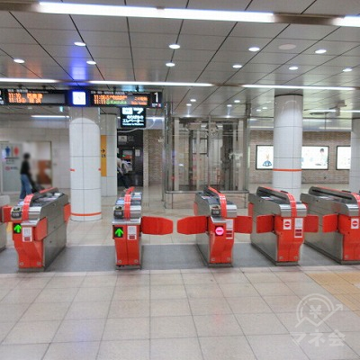 地下鉄空港線西新駅(駅務室がある)改札から出ます。
