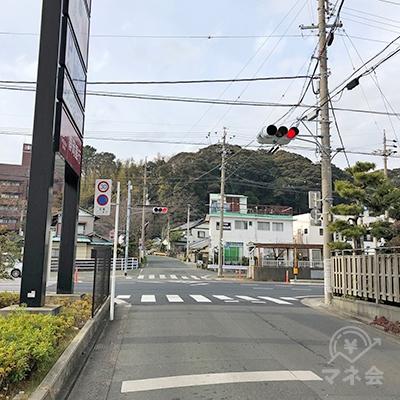 駅から約700mで大通りに至りますので、渡って右折します。