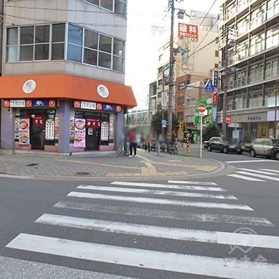 60mほど歩き京阪モールを過ぎたら、左の横断歩道を渡ります。