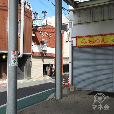 右へ(駅前新通り商店街方向へ)曲がります。