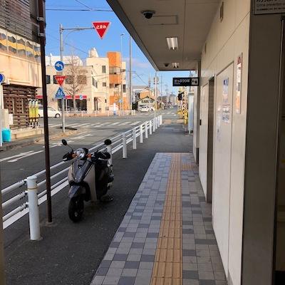 名鉄豊川線の諏訪駅を出たら右方向へ進みます。
