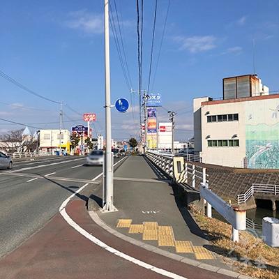 小さな橋を渡って更に200m北進を続けます。