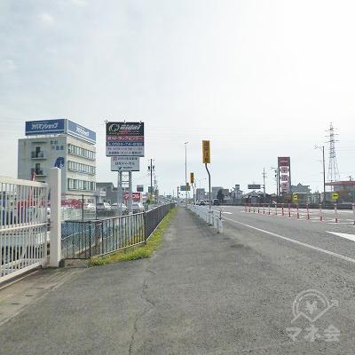 大通り沿いを150mほど歩きます。