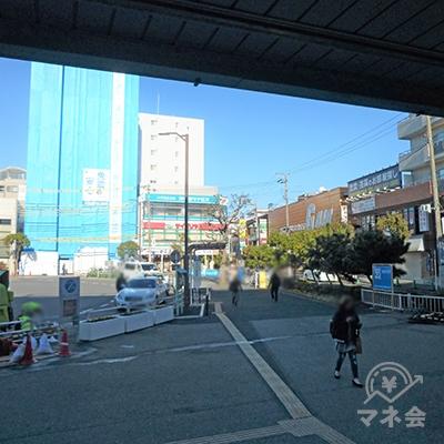 駅前に出ると、右奥にレイク看板が見えます。