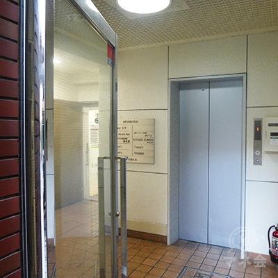 プロミスは1階です。エレベーター前を通過します。