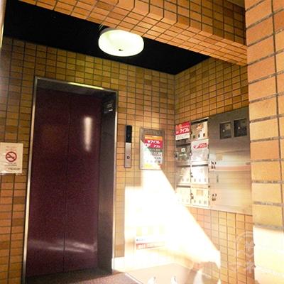 エレベーターで6階へどうぞ。