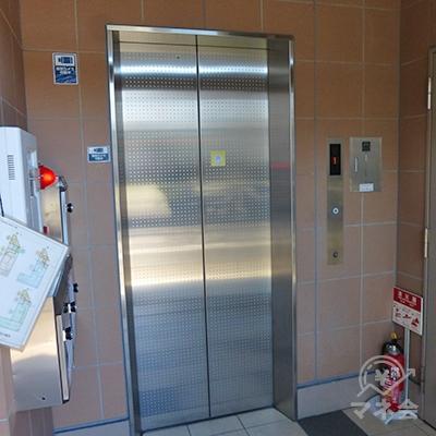 アコムは3階です。エレベーターで3階へどうぞ。
