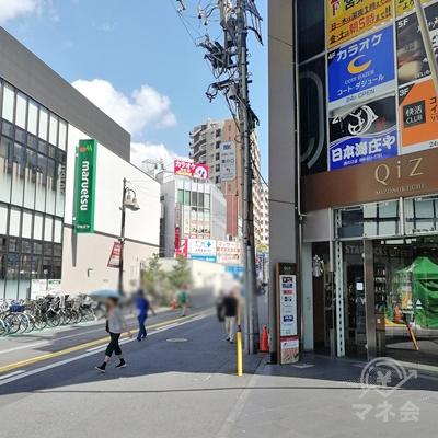 maruetsuとQiZの間の道を直進します。