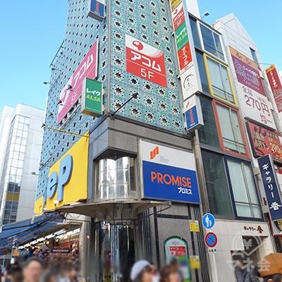 道頓堀繁華街の入口、左手角にプロミス店舗のビルがあります。