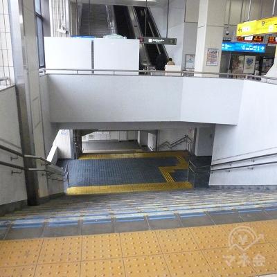 この階段で地上に下ります。