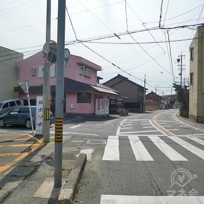 左手にピンク色の家がある交差点を左折します。