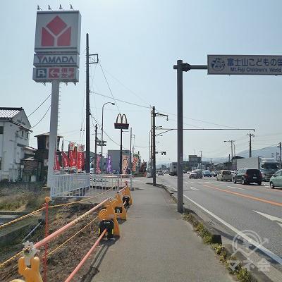 ヤマダ電機やマクドナルドを見ながら、大通り沿いを600m西進します。