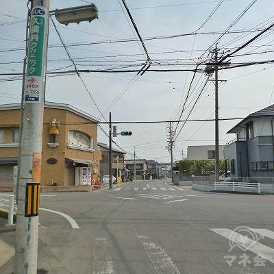道中、信号機のある交差点を直進します。
