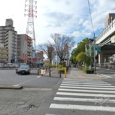 ロータリーを左に見ながら、歩道を直進します。