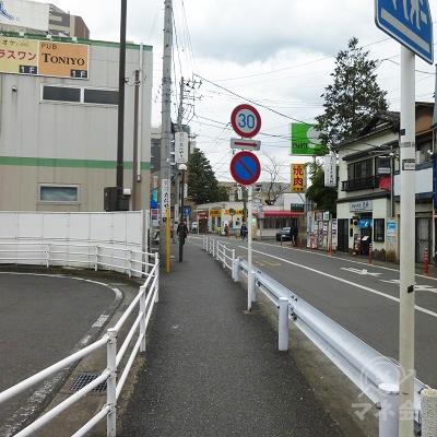 歩道を進みます。左手は再開発店舗です。