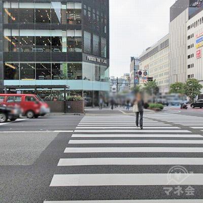 横断歩道を渡ります。
